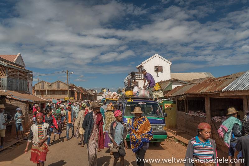 Buntes Treiben, Hauptstrasse von Ivato, Madagaskar südliches Zentrum