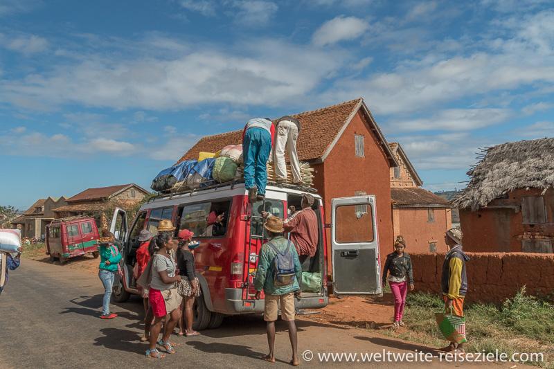 Voll beladener Taxi Bus in Ivato, Madagaskar südliches Zentrum