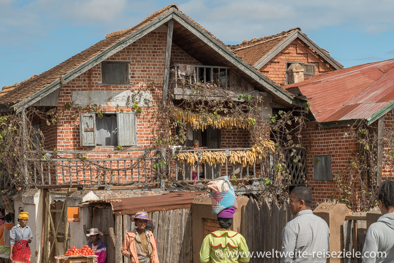 Typisches Haus aus Lehmziegel mit Holzbalkon, Ivato, Madagaskar