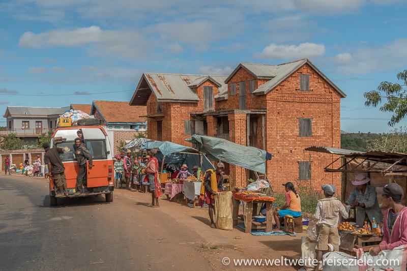 Oranger voll besetzter Mercedes Taxi Bus, Madagaskar