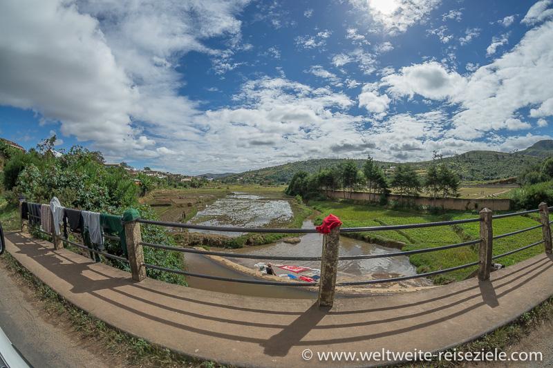Brücke mit trocknender Wäsche, Fluss im zentralen Hochland, Madagaskar