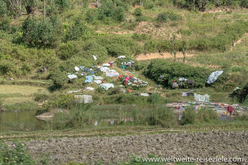 Bunte Wäsche beim Trocknen, Fluss Strasse Ivato Ranomafana