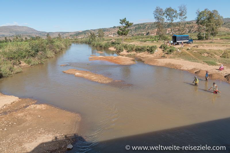 Fluss mit Einheimischen die Sand abtragen, Madagaskar Zentrum