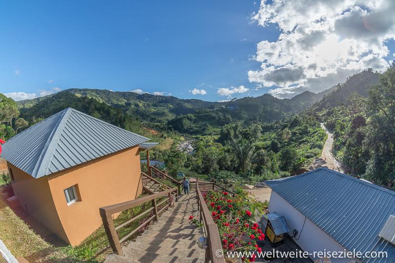 Ausblicke vom Karibotel auf das Tal mit dem gegenüberliegenden Nationalpark Ranomafana