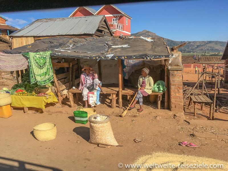 Stand mit einheimischen landwirtschaftlichen Produkten, Strasse Antsirabe nach Ambositra