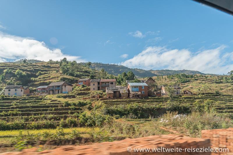 Typisch madagassisches Dorf zwischen Reisfeldern und Terrassen, Strasse vor Ambositra
