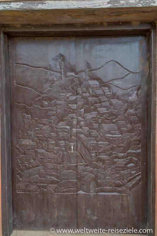 Geschnitzten Holzpforte mit Motiv der früheren Oberstadt von Fianarantsoa