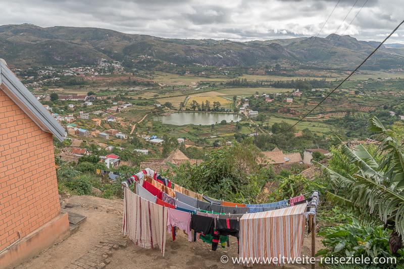 Blick von der Oberstadt von Fianarantsoa nach Westen auf den Anosy See