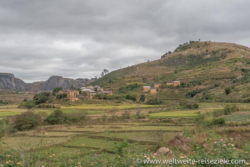 Landschaft mit Reisfeldern und bergigen Hügeln zwischen Fianarantsoa und Ambalavao