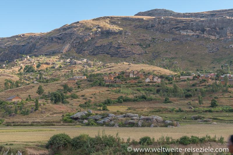Typisch madagassisches Dorf mit Häusern aus rotbraunen Lehmziegeln in Berglandschaft, zwischen Fianarantsoa und Ambalavao