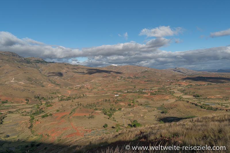 Aussichtspunkt Landschaft mit trockenen Ebenen und Berge zwischen Fianarantsoa und Ambalavao