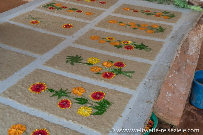 Papier aus Ambalavao mit bunten, echten Blumen geschmückt