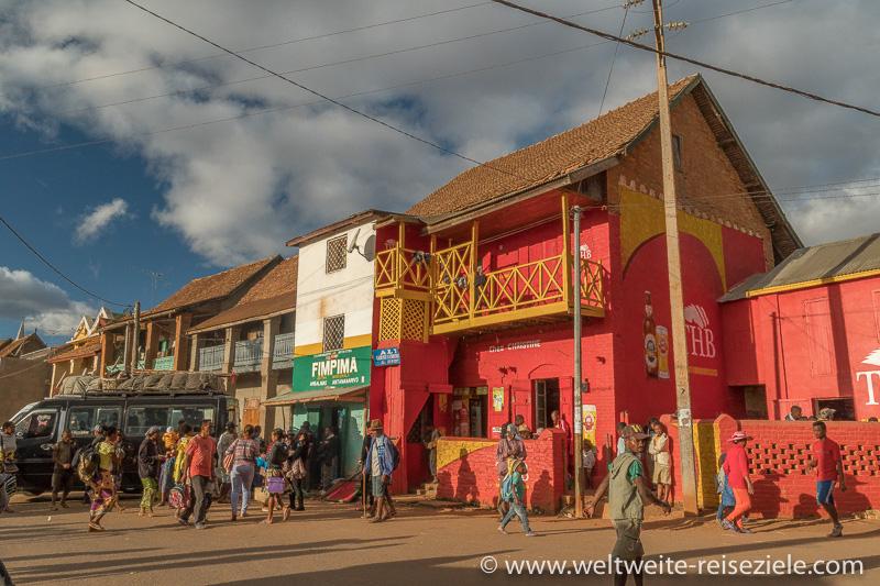 Rotes Haus der Marke THB (Three Horses Beer), Ambalavao