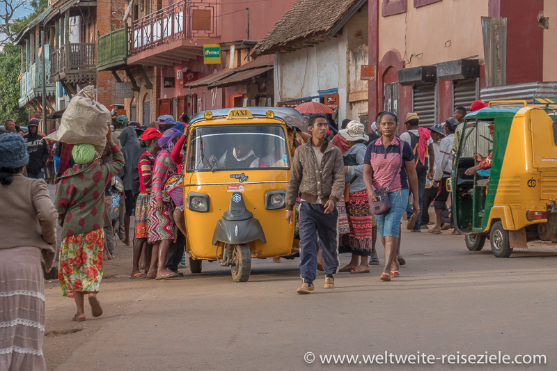 Fussgänger und gelbe TukTuk Taxis Strasse, Ambalavao