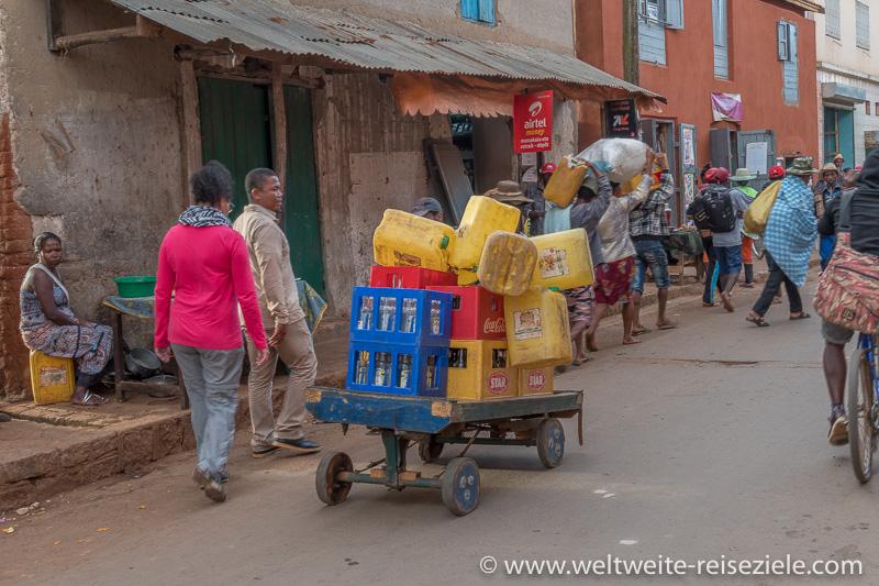 Handkarren für Wasser- und Getränke mit gelben Kanistern