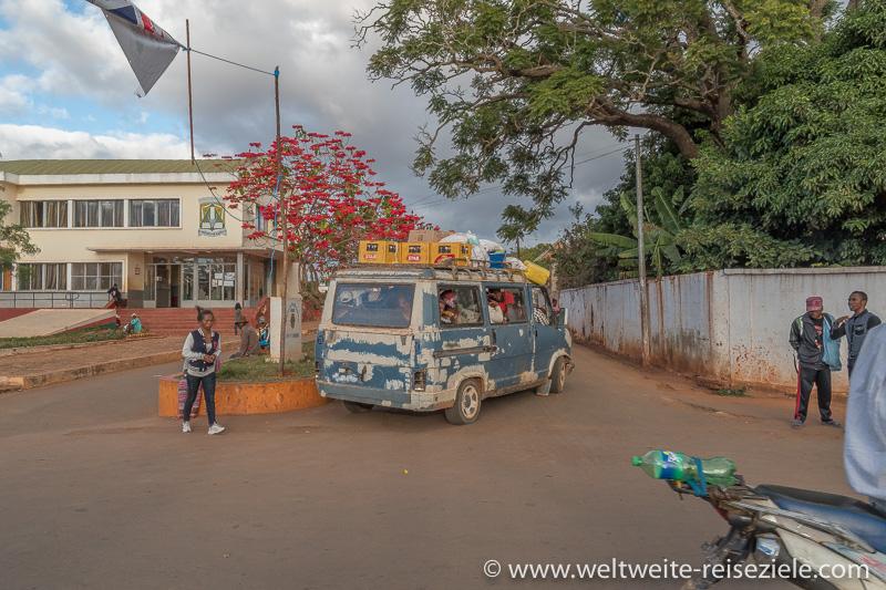 Madagaskar, alter Taxibus ohne Licht und Nummernschild