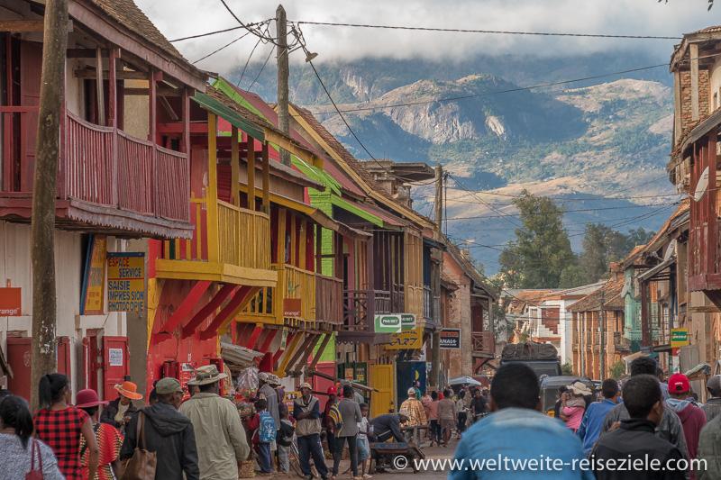 Ambalavao, Blick über die bunten Häuser und Holzbalkone auf die Berge