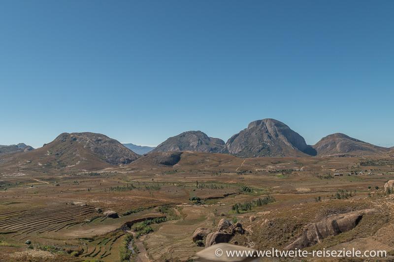 Landschaft, Reisterrassen und Grasland vor runden Bergen zwischen Ambalavao und Ihosy