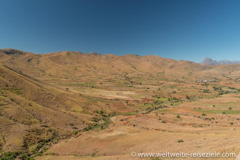 Aussichtspunkt über ein trockenes Tal mit Bergen im Hintergrund zwischen Ambalavao und Ihosy