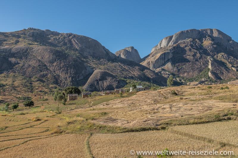 Felsberge mit Reisfelder und madagassischen Häusern beim Reservat von Anja