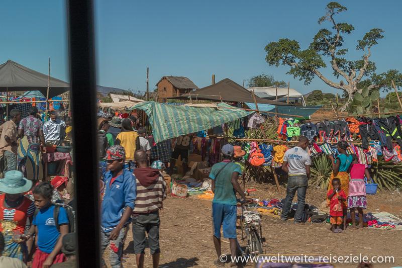 Buntes Treiben am Strassenmarkt von Ihosy