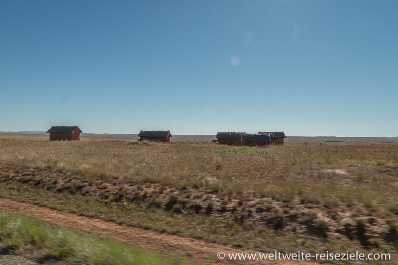 Hütten auf der Hochebene vor Ranohira, Madagaskar