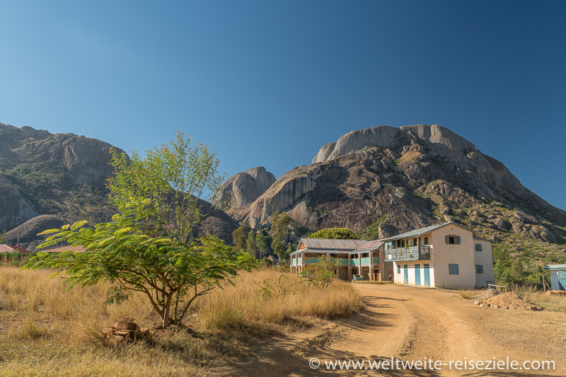 Typisches Haus von Madagaskar und runde Felsberge beim Reservat von Anja