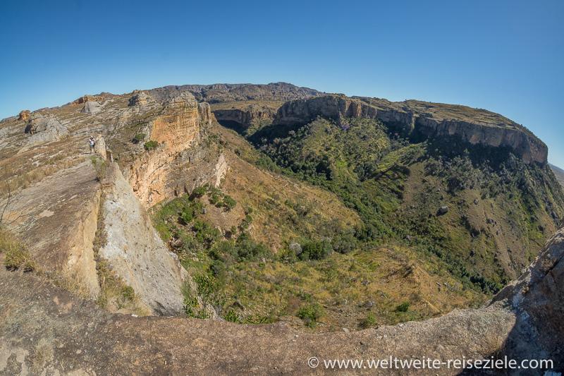 Blick von der Hochebene die Felswänden hinunter in den Canyon, Nationalpark Isalo