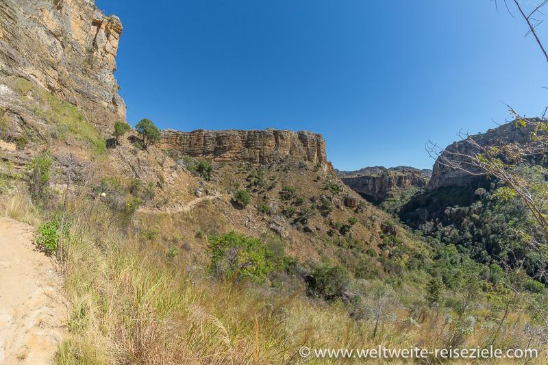 Wanderweg durch die Felsflanken, Nationalpark Isalo