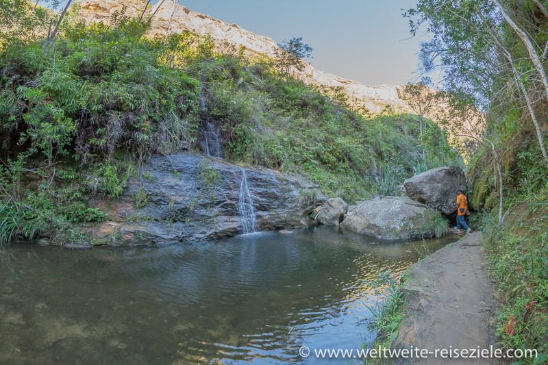 Wanderweg entlang des Baches, Tal im Nationalpark Isalo
