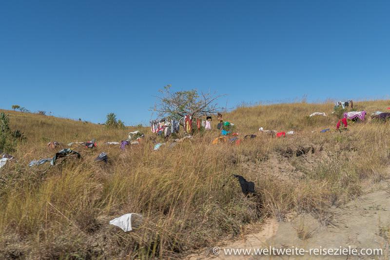 Bunte Wäsche im hohen Gras, bei Ranohira