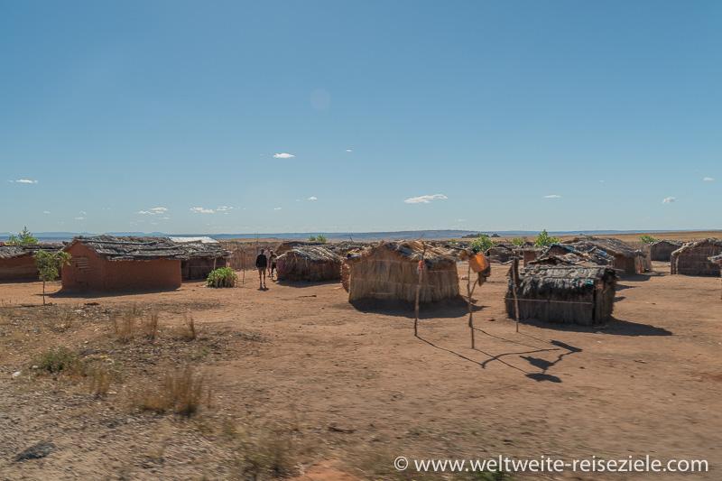Dorf mit Hütten aus Holz und Schilf, Madagaskar Westen.