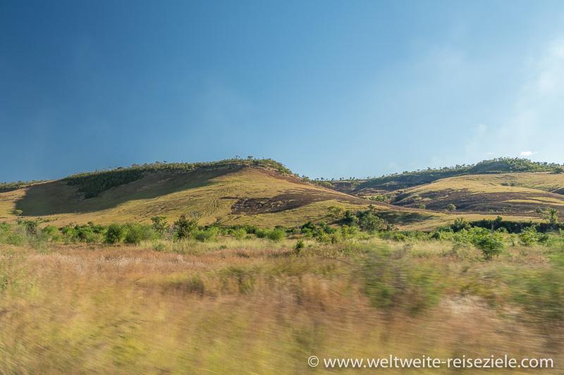 Relativ grünes Hochtal zwischen Ranohira und Toliara