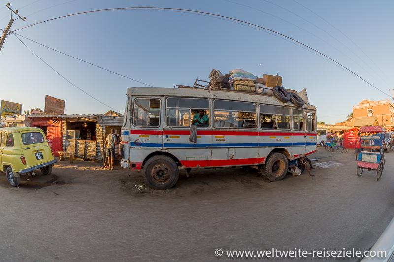 Busbahnhof mit grossem Taxi Bus Toliara