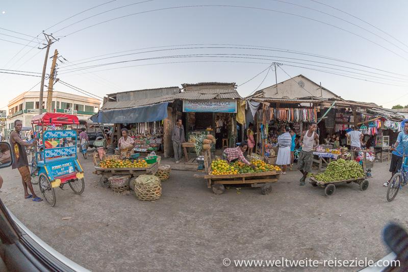 Strassenmarkt mit Obst und Gemüse in Tulear, Madagaskar