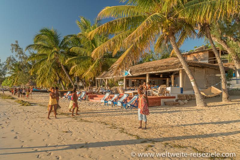 Restaurant / Bar am Nordende des Strandes von Mangily