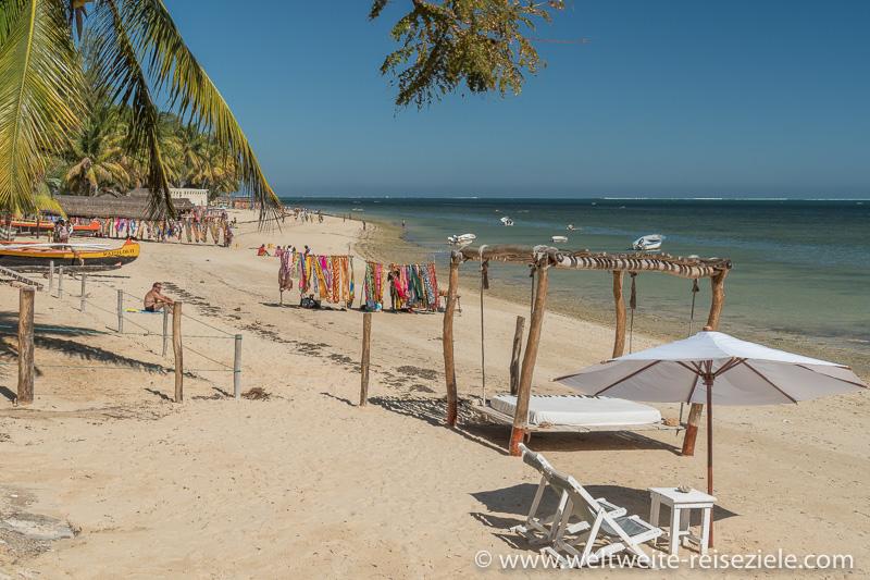 Strand vor Hotel Princesse du Lago mit Liegestühlen