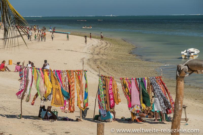 Bunte Tücher im Wind am Strand von Mangily