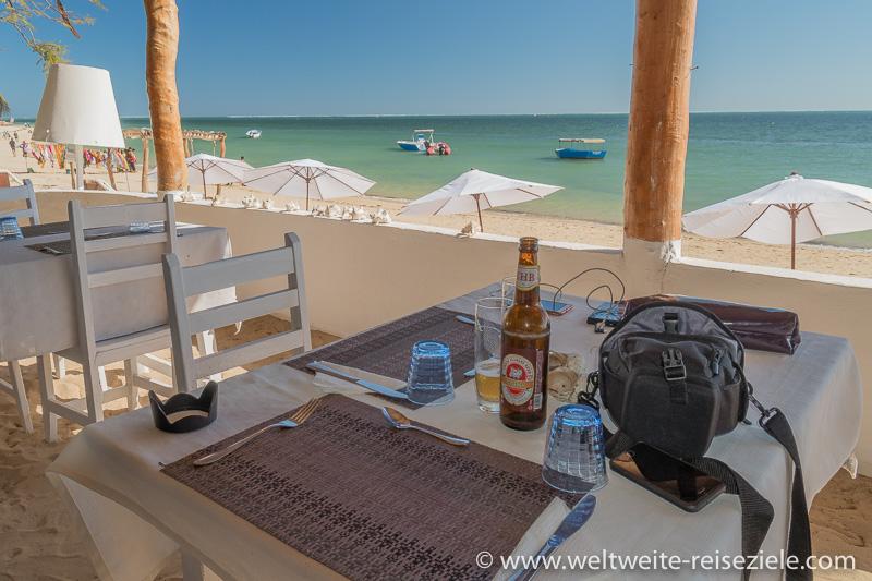 Wir trinken ein Bier im Restaurant Hotel Princesse du Lagon