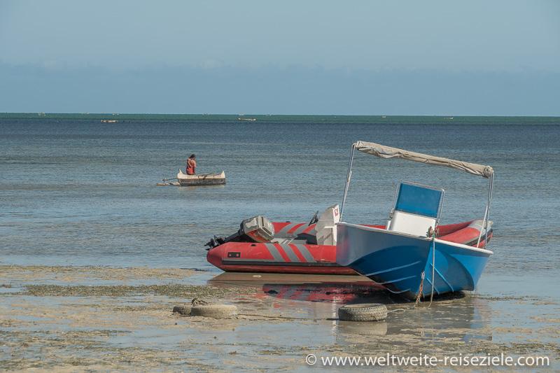 Boote liegen bei Ebbe am Strand