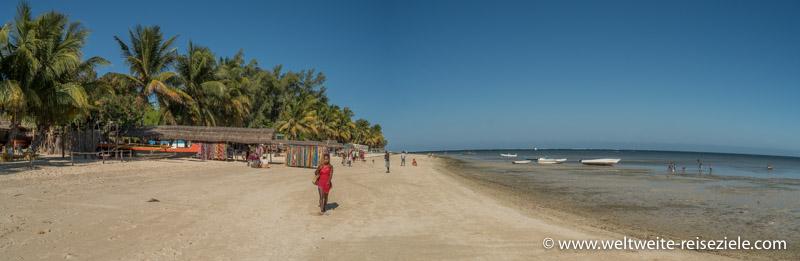 Panoramafoto vom Strand mit Palmen, Verkaufsständen und auf dem Trocken liegenden Booten am Strand von Mangily