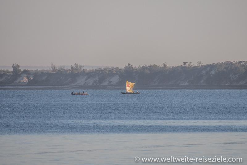 Piroge, Fischerboot mit Latein Segel, Mangily, Madagaskar