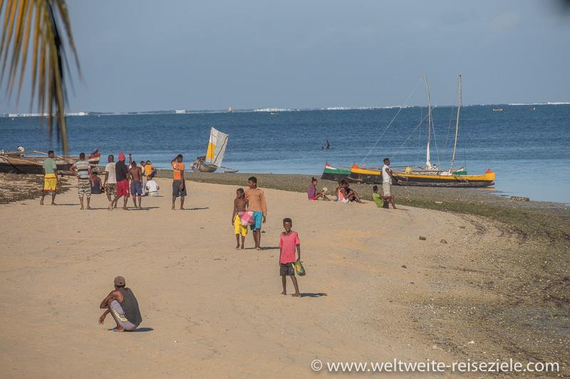 Buntes Treiben mit Einheimischen und Fischerbooten am Strand von Mangily