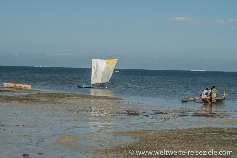 Fischerboot mit Latein Segel, Strand von Ifaty