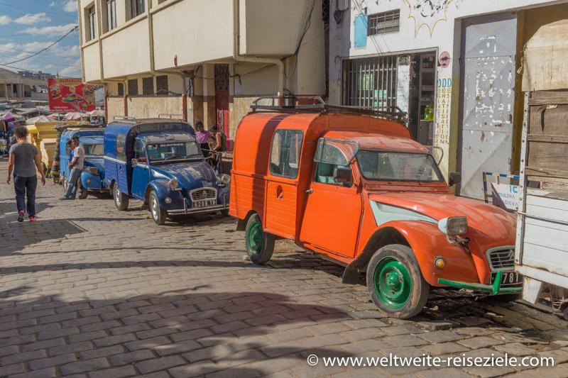 Oranger, Blauer Citroen 2CV in der Hauptstadt Antananarivo