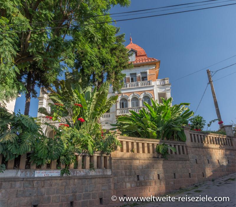 Schönes koloniales Gebäude im grünen Garten, Antananarivo