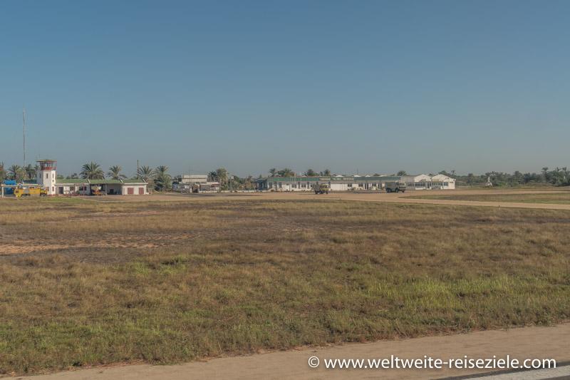 Flughafenterminal von Toliara (Tulear) und Tower vom Flugfeld aus gesehen