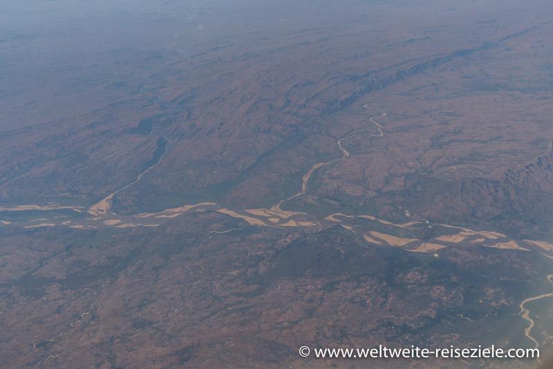 Fluss im südwestlichen Zentrum von Madagaskar, vom Flugzeug aus fotografiert