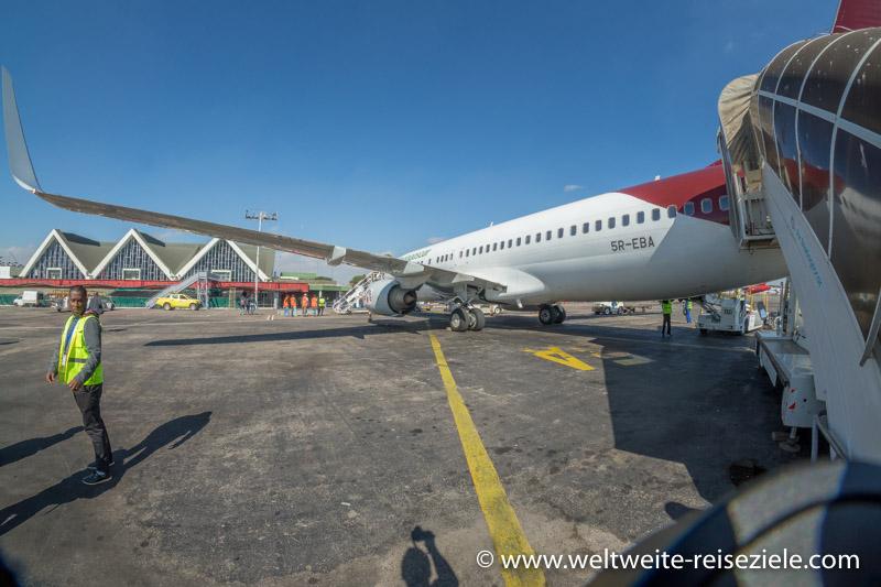 Flugzeug von Air Madagaskar am Flughafen von Antananarivo, dahinter Terminal
