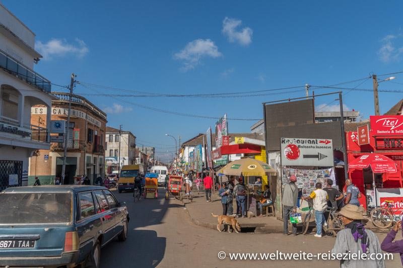 Hauptstrasse mit buntem Treiben in Antsirabe